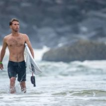 Il surfer Jesse Mendes in California