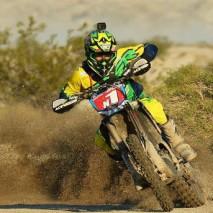 Guida una moto nel bel mezzo di un deserto!