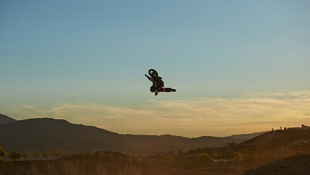 Vedere Nate Adams andare in moto ti farà venire le vertigini