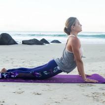 A lezione di yoga con la surfer Bruna Schmitz