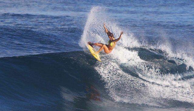 Alana Blanchard è una delle surfiste più forti del mondo