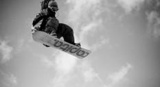 Matt Wainhouse sfida la gravità con lo snowboard