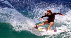 Alana Blanchard che surfa ripresa da Alex Gray