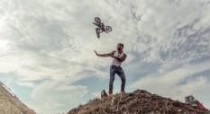 Luca Zironi nel video di Emis Killa